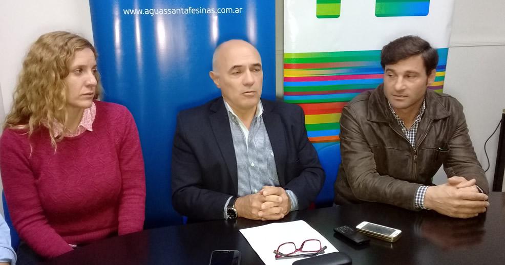 Sebastián Bonet de Aguas Santafesinas en Rufino firma el contrato renovación acueducto de Tarragona