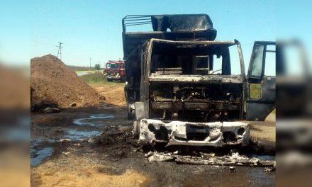 Camión totalmente destruído por las llamas