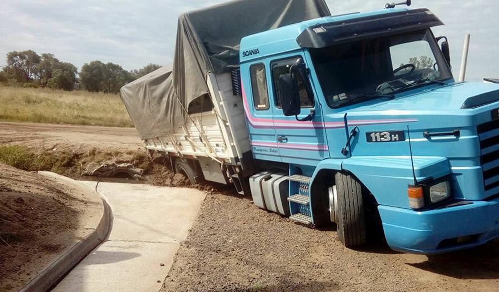 Camión cayó en boca de tormenta y vecinos reclaman por obra inconclusa