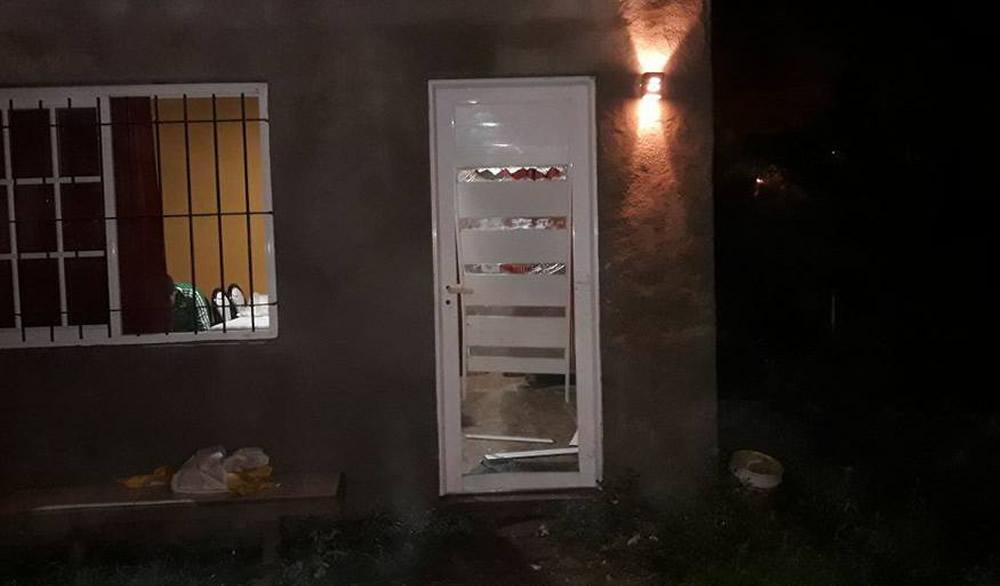 Rompen a patadas la puerta de vivienda para robar