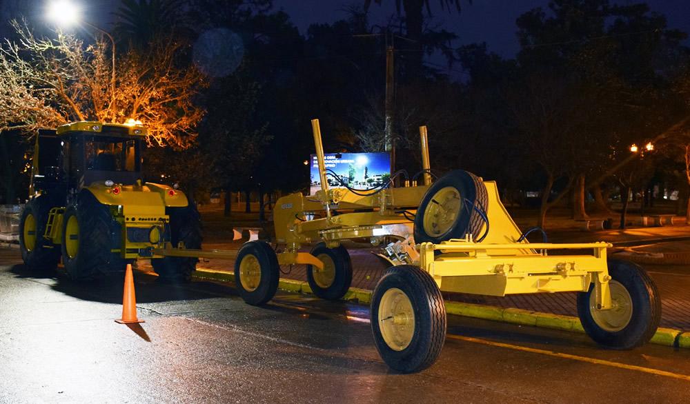 Tractor y hoja de arrastre nuevos para el municipio