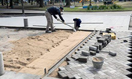 Centralidad: pavimento articulado en calle central