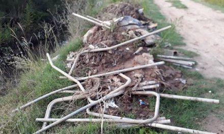 Vecinos arrojaron nuevamente basura a los canales de desagües