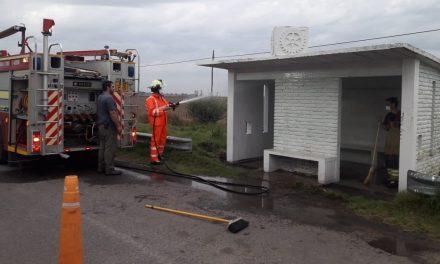 Bomberos realizando limpieza y desinfección de la garita a la salida de Rufino por Ruta 33