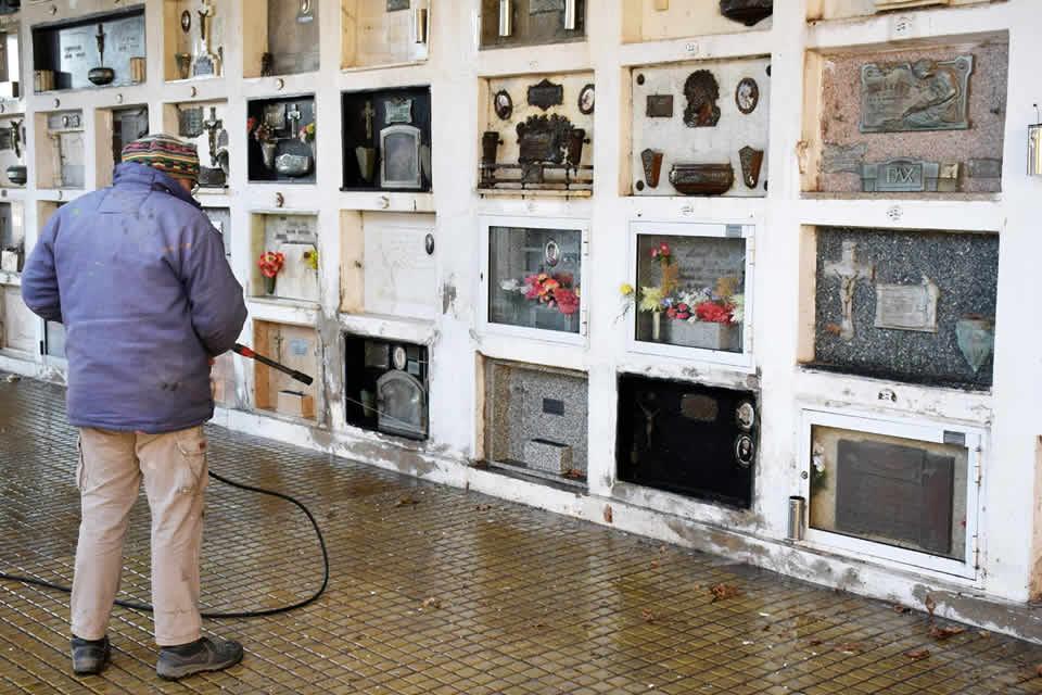 Limpieza de galerías en el Cementerio local