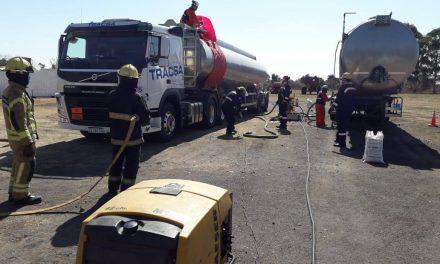 Bomberos junto a la empresa Restec en el trasvase del producto del camión siniestrado