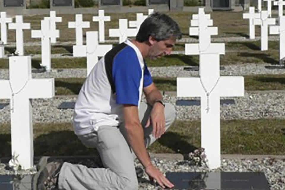 Julio Aro: el ex combatiente que le devolvió el nombre a 115 héroes