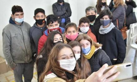 Comenzó la entrega de celulares a estudiantes de escuelas rurales