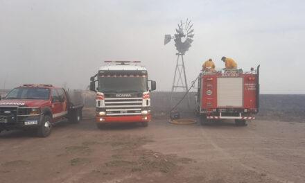 Bomberos de Rufino junto a los de Cañada Seca combatiendo incendio de campo